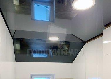 Черный глянцевый натяжной потолок под углом для кухни НП-1610