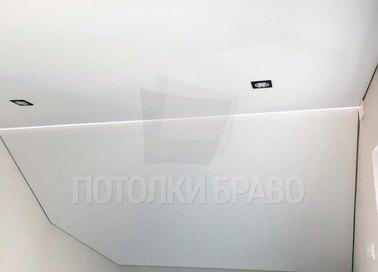 Матовый натяжной потолок для жилой комнаты под углом НП-1616
