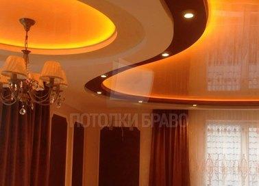 Трехцветный натяжной потолок с оранжевой подсветкой НП-1621