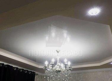 Двухцветный матовый натяжной потолок для жилой комнаты НП-1635