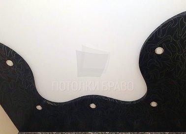 Черно-белый матовый натяжной потолок со вставкой под кожу НП-1640