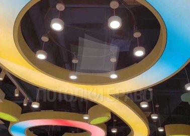 Сложный разноцветный натяжной потолок для гостиной НП-1653