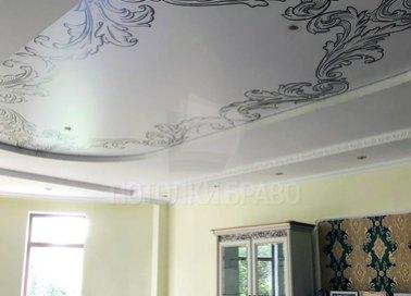 Сатиновый натяжной потолок с черными цветами НП-1673