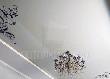 Матовый натяжной потолок с голубой подсветкой и тату-принтом НП-1674 - фото 2