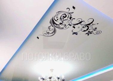 Матовый натяжной потолок с голубой подсветкой и тату-принтом НП-1674