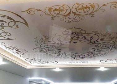 Белый с золотыми узорами натяжной потолок в дворцовом стиле НП-1681