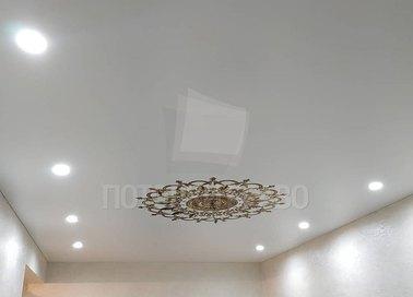 Сатиновый белый натяжной потолок для гостиной НП-1690