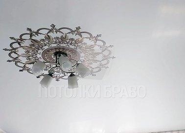 Матовый белый натяжной потолок под люстру НП-1695