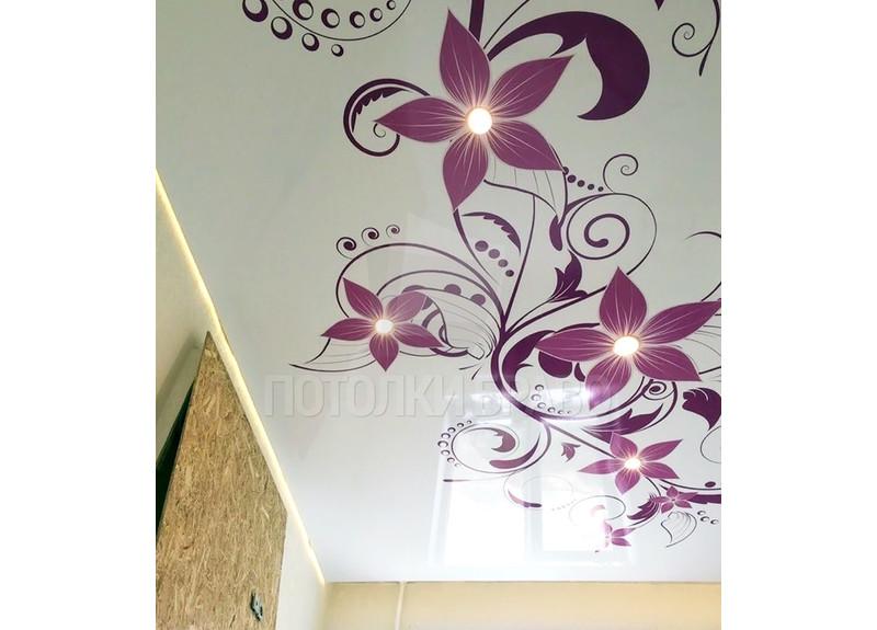 Белый глянцевый натяжной потолок с фиолетовым узором НП-1697