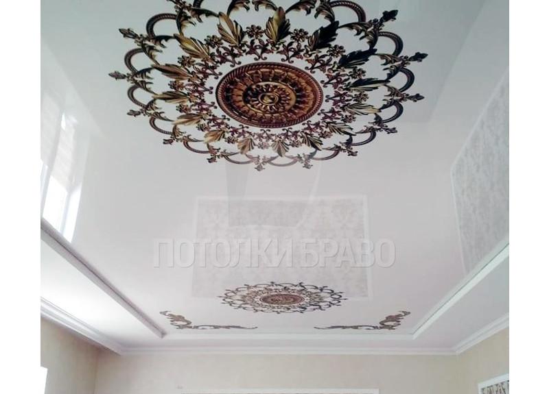 Матовый белый натяжной потолок с двумя узорами под люстру НП-1700