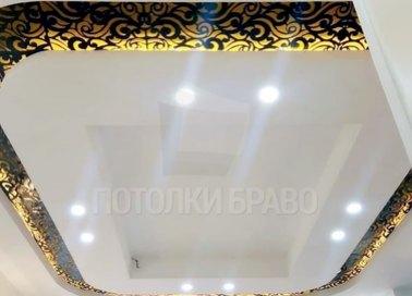 Матовый белый натяжной потолок с черно-золотым узором НП-1706