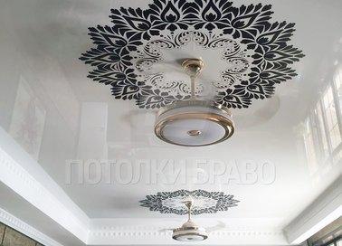 Глянцевый натяжной потолок с черным вензелем в гостиную НП-1708
