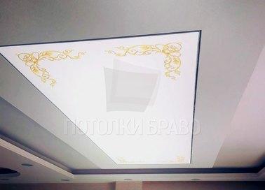 Белый матовый натяжной потолок с золотым узором в углу НП-1709
