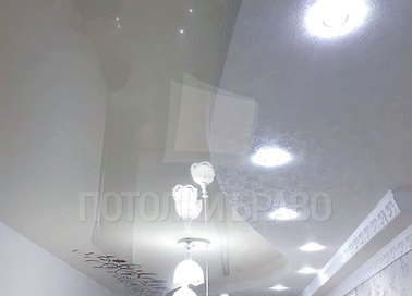 Серый глянцевый натяжной потолок под кожу НП-1718