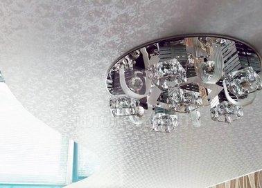 Парчовый натяжной потолок с красивой люстрой НП-1721