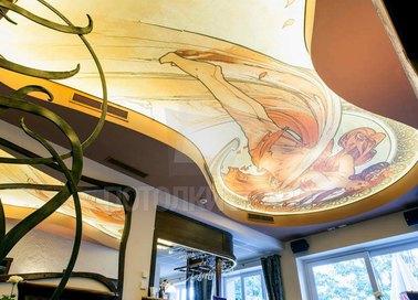 Желтый матовый натяжной потолок с рисунком девочки НП-1725