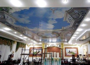 Матово-глянцевый натяжной потолок барокко для ресторана НП-1752