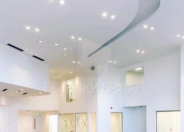 Белый матовый натяжной потолок в современном стиле для холла НП-1757