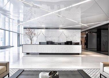 Белый глянцевый натяжной потолок с подсветкой для холла НП-1762