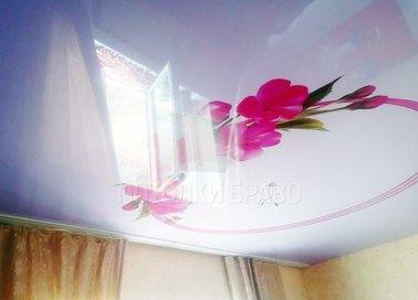 Глянцевый натяжной потолок с цветами НП-1775