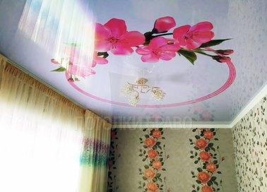 Глянцевый натяжной потолок с розовыми цветами НП-1779