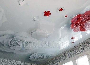Глянцевый натяжной потолок с белыми розами НП-1782 - фото 2