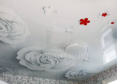 Глянцевый натяжной потолок с белыми розами НП-1782