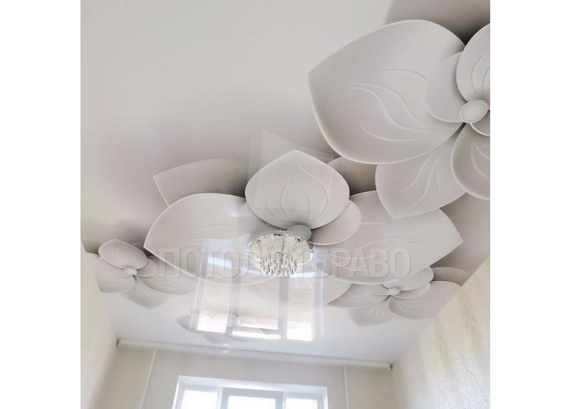 Глянцевый натяжной потолок с изображением белых цветов НП-1791