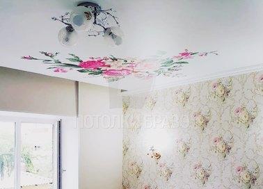 Матовый натяжной потолок с цветами и люстрами НП-1800