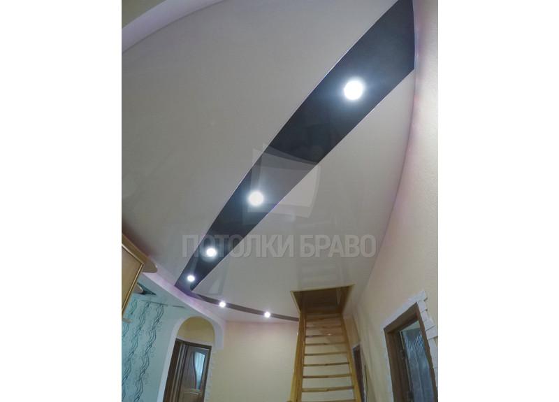 Белый матовый натяжной потолок с серой глянцевой волной НП-1803
