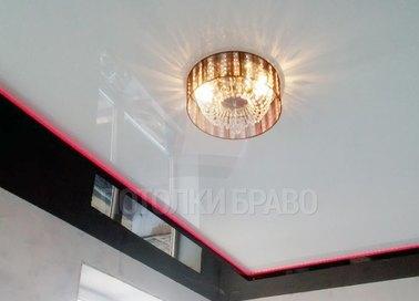 Белый глянцевый натяжной потолок с красной подсветкой НП-1805