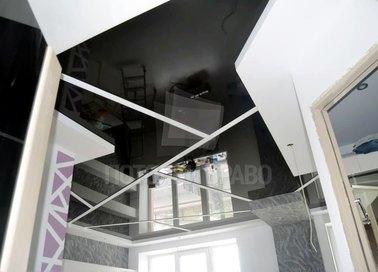 Глянцевый белый с черной матовой вставкой натяжной потолок НП-1826
