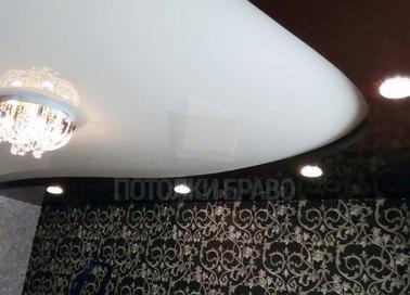 Глянцевый белый натяжной потолок под люстру в гостиную НП-1837 - фото 2