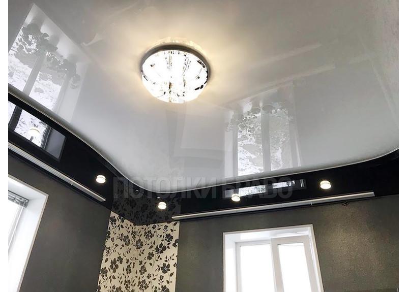 Черно-белый глянцевый натяжной потолок с люстрой НП-1842