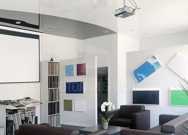 Двухцветный сатиновый натяжной потолок для жилой комнаты НП-1851
