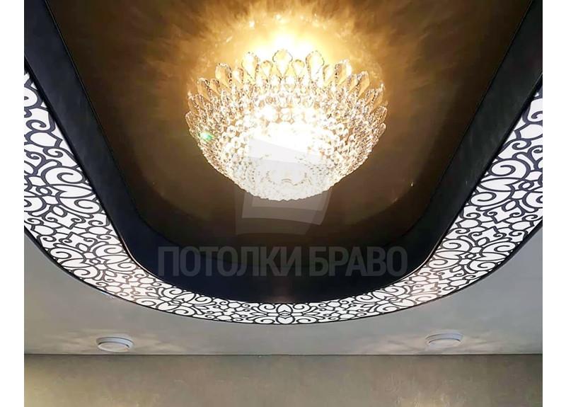 Сложный серый натяжной потолок с узорами и люстрой НП-1856 - фото 2