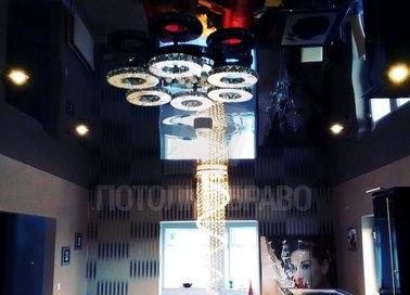 Черный глянцевый натяжной потолок с круглыми светильниками НП-1858
