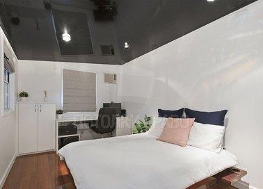 Черный глянцевый зеркальный натяжной потолок для спальни НП-1859