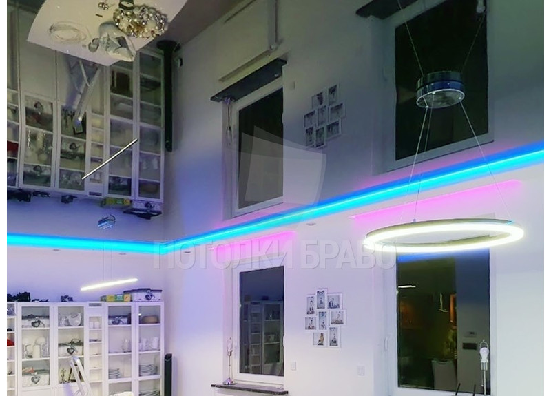 Черный зеркальный натяжной потолок с голубой подсветкой НП-1878