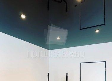 Синий глянцевый натяжной потолок для жилой комнаты НП-1884