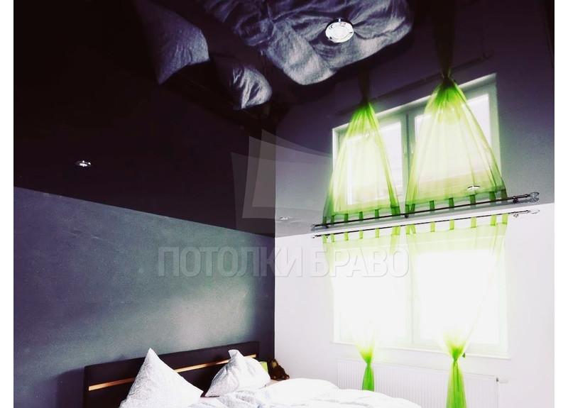 Черный глянцевый зеркальный натяжной потолок для спальни НП-1886