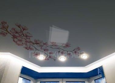 Матовый белый натяжной потолок с сакурой НП-1906