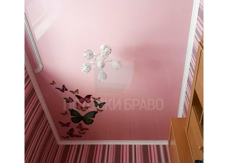 Розовый сатиновый натяжной потолок с бабочками НП-112