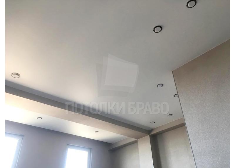 Матовый белый натяжной потолок со светильниками для комнаты НП-121