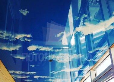 Глянцевый натяжной потолок с небесами для балкона НП-122