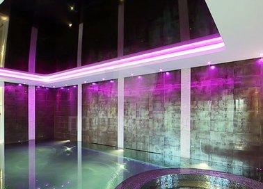 Черный глянцевый натяжной потолок с подсветкой для бассейна НП-127