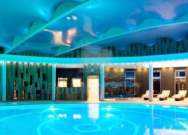 Сатиновый волнообразный натяжной потолок для бассейна НП-983