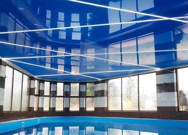 Голубой глянцевый натяжной потолок с полосами для бассейна НП-168