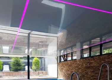 Глянцевый серебристый натяжной потолок с розовой подсветкой НП-172